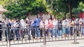 Sáng 12-12, rất đông nghệ sĩ trong làng giải trí Việt đã có mặt tại Nhà tang lễ Bộ Quốc phòng để viếng nghệ sĩ Chí Tài