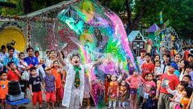 Màn biểu diễn đường phố bong bóng xả phòng khổng lồ ở Công viên Văn hóa Đầm Sen