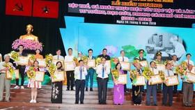 Bí thư Thành ủy TPHCM Nguyễn Thiện Nhân và Chủ tịch UBNDTPHCM Nguyễn Thành Phong tuyên dương các cá nhân và tập thể điển hình