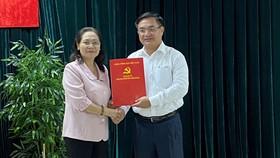 Phó Bí thư Thành ủy, Chủ tịch HĐND TPHCM Nguyễn Thị Lệ trao quyết định cho đồng chí Trần Trọng Tuấn
