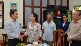 Phó Bí thư Thường trực Thành ủy TPHCM Trần Lưu Quang thăm hỏi gia đình đồng chí Phan Kiệm. Ảnh: VIỆT DŨNG