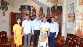 Trưởng Ban Tổ chức Thành ủy TPHCM thăm các gia đình chính sách