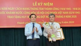 24 đảng viên thuộc Đảng bộ Khối Dân - Chính - Đảng TPHCM nhận Huy hiệu Đảng