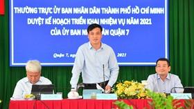 Phó Chủ tịch UBND TPHCM Lê Hòa Bình phát biểu tại buổi làm việc. Ảnh: VIỆT DŨNG