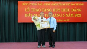 Đồng chí Võ Ngọc Quốc Thuận trao Huy hiệu 55 năm tuổi Đảng cho đảng viên Nguyễn Hoàng. Ảnh: THU HƯỜNG
