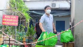 Đi chợ giúp người dân bị ảnh hưởng bởi dịch Covid-19
