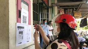 Người dân TP Thủ Đức quét mã QR tìm điểm mua sắm gần nhất
