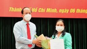 Đồng chí Nguyễn Hồ Hải trao quyết định cho đồng chí Nguyễn Thị Thu Hoài. Ảnh: VIỆT DŨNG