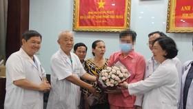 Các bác sĩ chúc mừng bệnh nhân T. Đ. đã hồi phục và sớm xuất viện Ảnh: Ngô Đồng