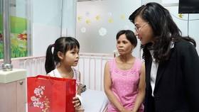 Phó Chủ tịch UBND TPHCM Nguyễn Thị Thu tặng quà cho bệnh nhi