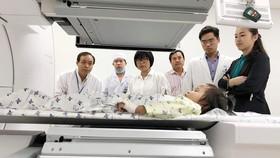 Các bác sĩ đang tiến hành xạ trị cho bệnh nhi