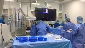 Các bác sĩ đang tiến hành ứng dụng DSA  điều trị thành công cho bệnh nhân nhồi máu cơ tim