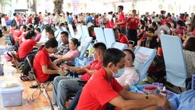 Đông đảo người dân hiến máu tình nguyện