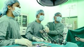 Bác sĩ đang tiến hành phẫu thuật cho bệnh nhân bị tắc ruột do bã thức ăn