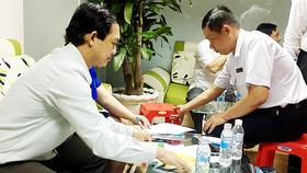 Lực lượng chức năng lập biên bản xử lý một phòng khám có bác sĩ nước ngoài vi phạm luật chữa bệnh