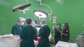 Các bác sĩ đang tiến hành phẫu thuật
