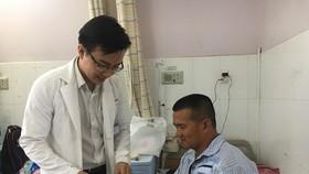 """Bác sĩ đang thăm khám cho """"hiệp sĩ"""" Nguyễn Tăng Tiên"""