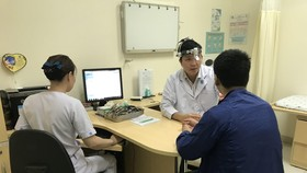 TS. BS. Lý Xuân Quang đang thăm khám cho bệnh nhân