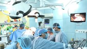 Các bác sĩ đang tiến hành ghép gan cho bệnh nhân