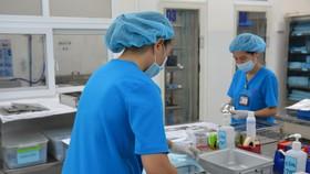 Nhân viên kiểm soát nhiễm khuẩn các dụng cụ chuẩn bị phẫu thuật