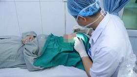 Nữ bệnh nhân xăm chân mày tử vong do xuất huyết não