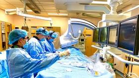 Các bác sĩ đang tiến hành can thiệp tim mạch cho bệnh nhân