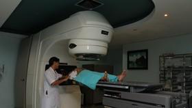 Bác sĩ đang chuẩn bị xạ trị cho bệnh nhân
