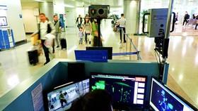 Máy kiểm dịch bên phải, một trong hai máy được đặt trước lối vào làm thủ tục nhập cảnh tại Sân bay Tân Sơn Nhất. Ảnh: HOÀNG HÙNG