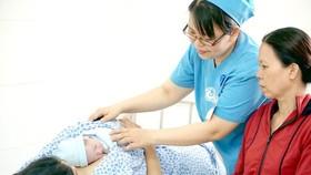 Niềm vui của sản phụ và gia đình khi em bé chào đời một cách an toàn và khỏe mạnh tại cơ sở y tế. Ảnh minh họa