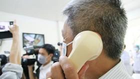 Thứ trưởng Bộ Y tế Nguyễn Trường Sơn hỏi thăm sức khỏe bệnh nhân qua điện thoại