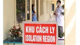 Bác sĩ Lê Quang Nhựt hỏi thăm sức khỏe người cách ly tại Khu cách ly quận 3. Ảnh: HOÀNG HÙNG