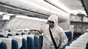 Vietnam Airlines phun khử trùng máy bay để phòng dịch Covid-19