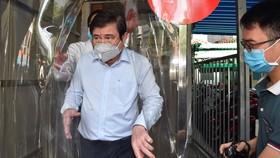Chủ tịch UBND TPHCM Nguyễn Thành Phong kiểm tra buồng khử khuẩn tại Bệnh viện Quận 11. Ảnh: VIỆT DŨNG