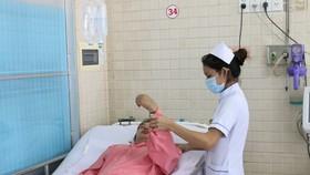 Nhân viên y tế đang chăm sóc cho bệnh nhân