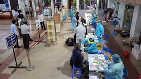 Nhân viên y tế lấy mẫu xét nghiệm tại Ga Sài Gòn vào sáng 11-4