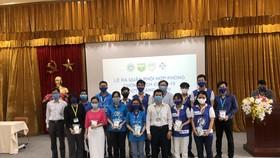 PGS-TS-BS Nguyễn Thanh Hiệp cùng các giảng viên, sinh viên Trường Đại học Y khoa Phạm Ngọc Thạch tại lễ ra quân