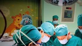 Bác sĩ đang phẫu thuật cho bệnh nhi
