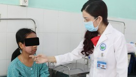 BS Võ Thị Đoan Phượng khám cho bệnh nhân sau gần 1 tuần điều trị