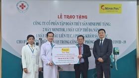 TS-BS Phan Văn Báu nhận bảng tiếp nhận trang thiết bị y tế từ Công ty cổ phần Tập đoàn thủy sản Minh Phú