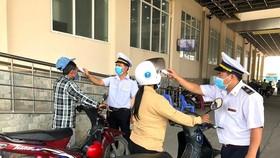 Hành khách qua Cửa khẩu quốc tế Hoa Lư buộc phải đo thân nhiệt