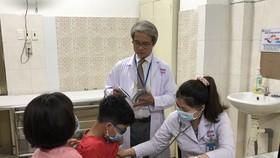 Các bác sĩ đang thăm khám cho bệnh nhi