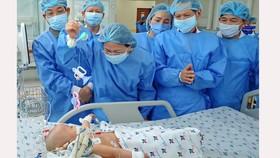 Phó Chủ tịch nước Đặng Thị Ngọc Thịnh thăm hai bé song sinh Trúc Nhi – Diệu Nhi