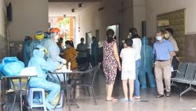 Ngành y tế lấy mẫu xét nghiệm tại chung cư Thái An, quận 12