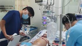 Bé trai bị sốc sốt xuất huyết  phải truyền hơn 2 lít máu và chế phẩm máu