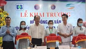 Các đại biểu cắt băng khai trương hệ thống tư vấn, khám chữa bệnh từ xa Bệnh viện Ung bướu TPHCM