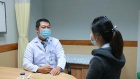 Bác sĩ Vũ Hữu Thịnh tư vấn cho bệnh nhân sau phẫu thuật