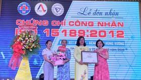 Đại diện AOSC trao chứng chỉ ISO 15189 cho Bệnh viện Hùng Vương