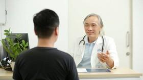 Bác sĩ Dương Duy Trang, Trưởng khoa Nội tim mạch - Tim mạch can thiệp, Bệnh viện Gia An 115 đang thăm khám, tư vấn cho người bệnh