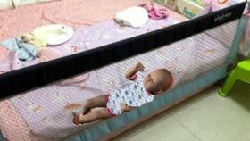 Bé gái tử vong do ngạt vì kẹt khe giường