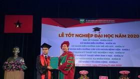 PGS-TS Ngô Minh Xuân, Hiệu trưởng Trường Đại học Y Khoa Phạm Ngọc Thạch trao bằng tốt nghiệp cho tân bác sĩ